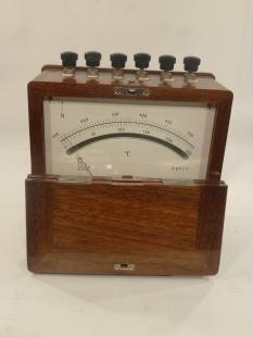 Antikes historisches Thermometer im Holzkasten